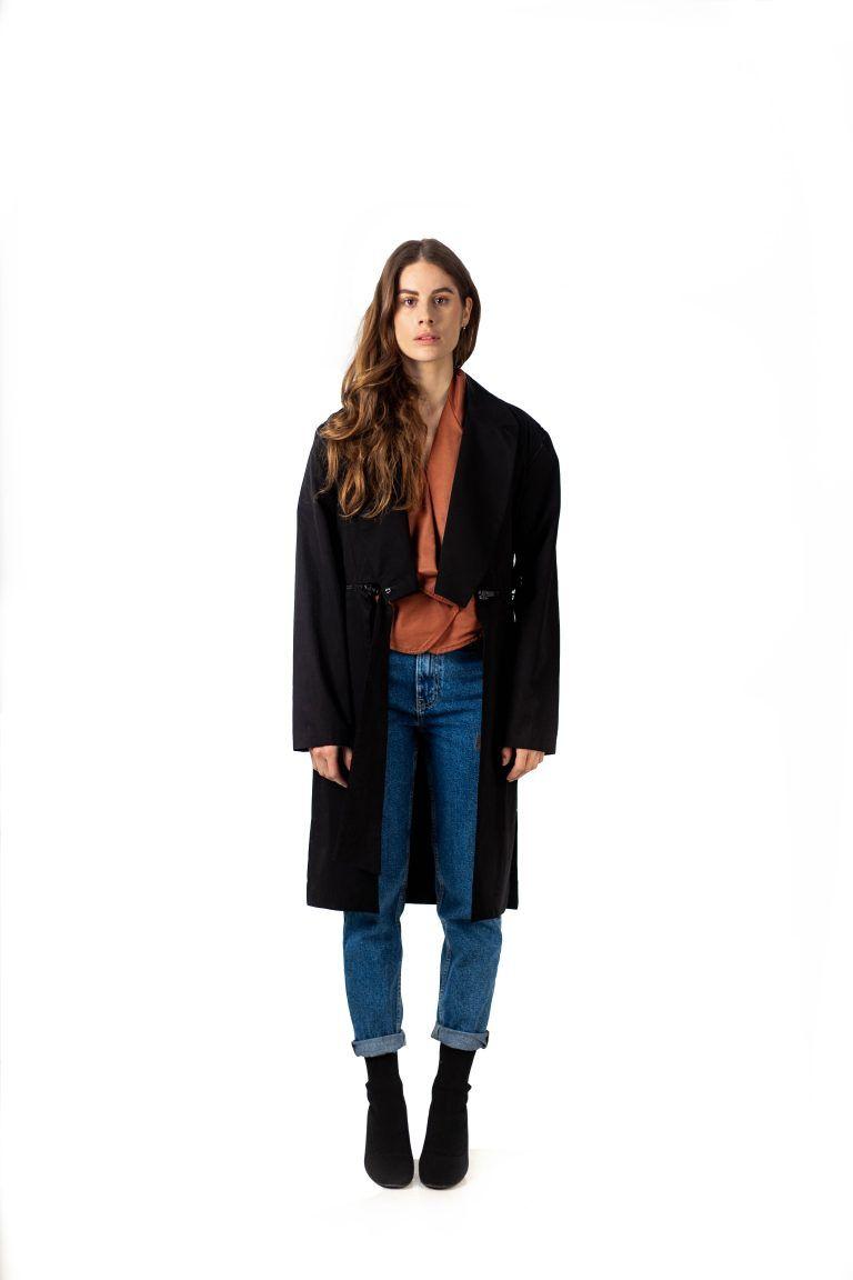 Gabrielle est une pièce unisexe et hybride qui se situe entre la veste costume et le trench de la marque.
