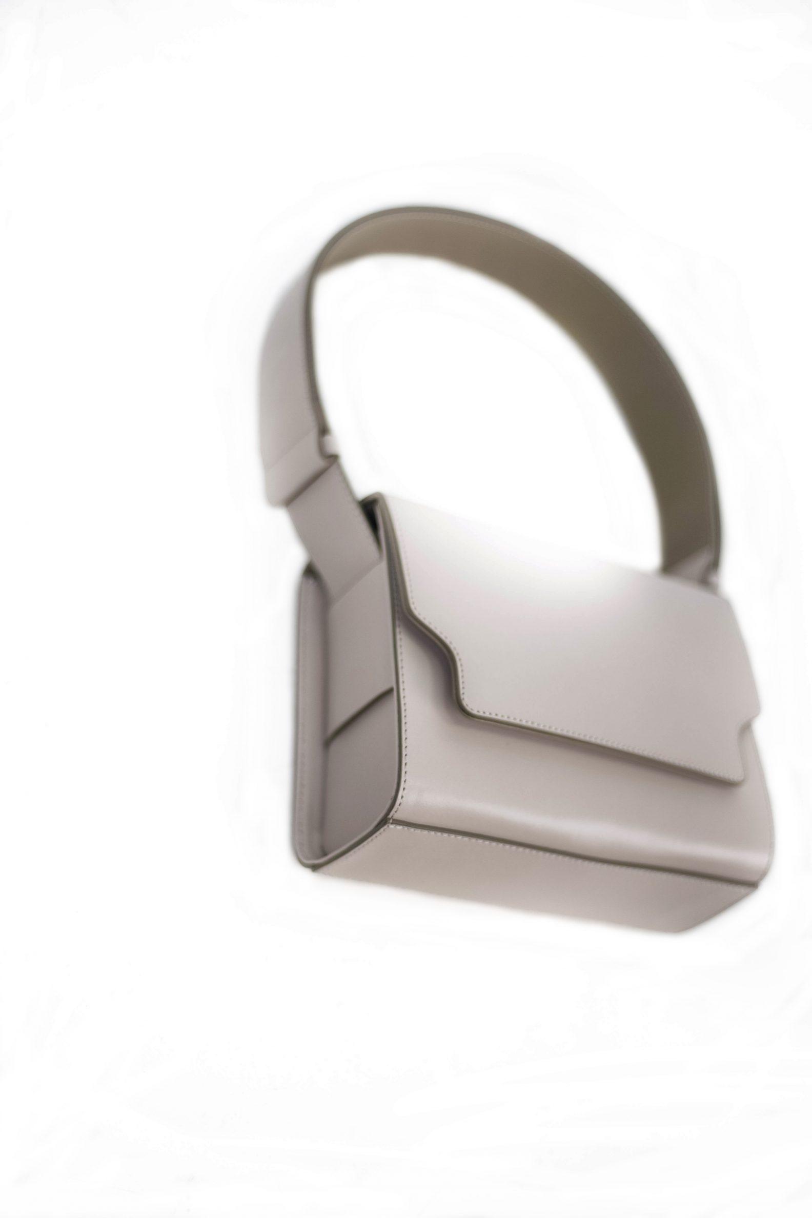 2-sac-cuir-rabat-gris-clair-affaires-etrangeres-paris-mode-coreenne-besides-kimchi-jpg ;