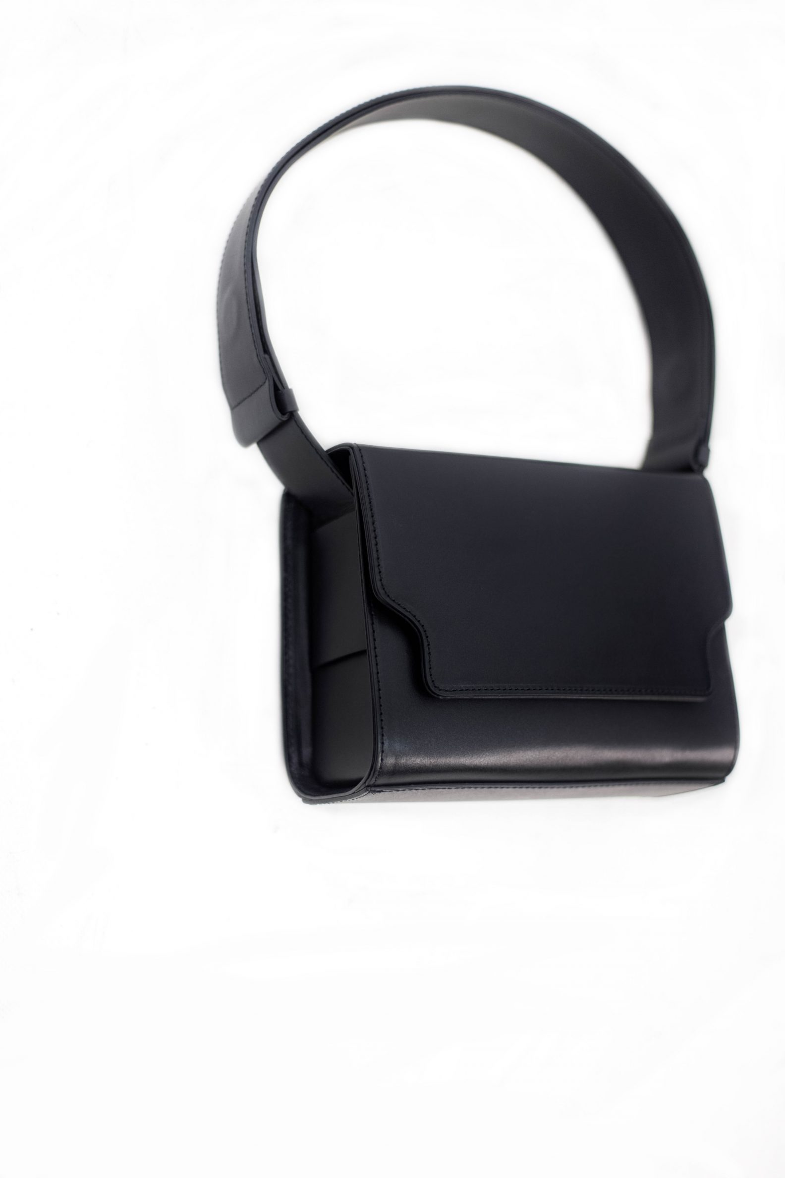 2-sac-cuir-rabat-noir-affaires-etrangeres-paris-mode-coreenne-besides-kimchi-jpg;