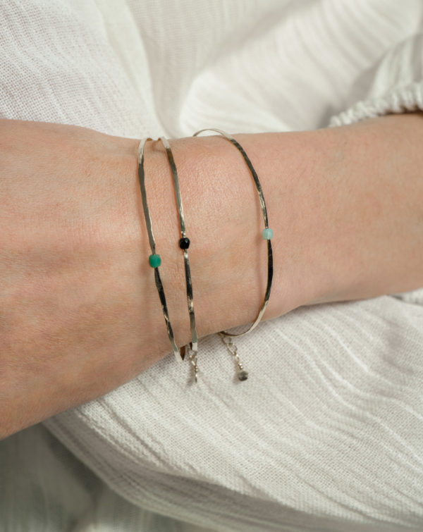 made in France bijou bracelet fin en laiton martelé à la main, bracelets délicats multiples, succession, so chic, so Paris