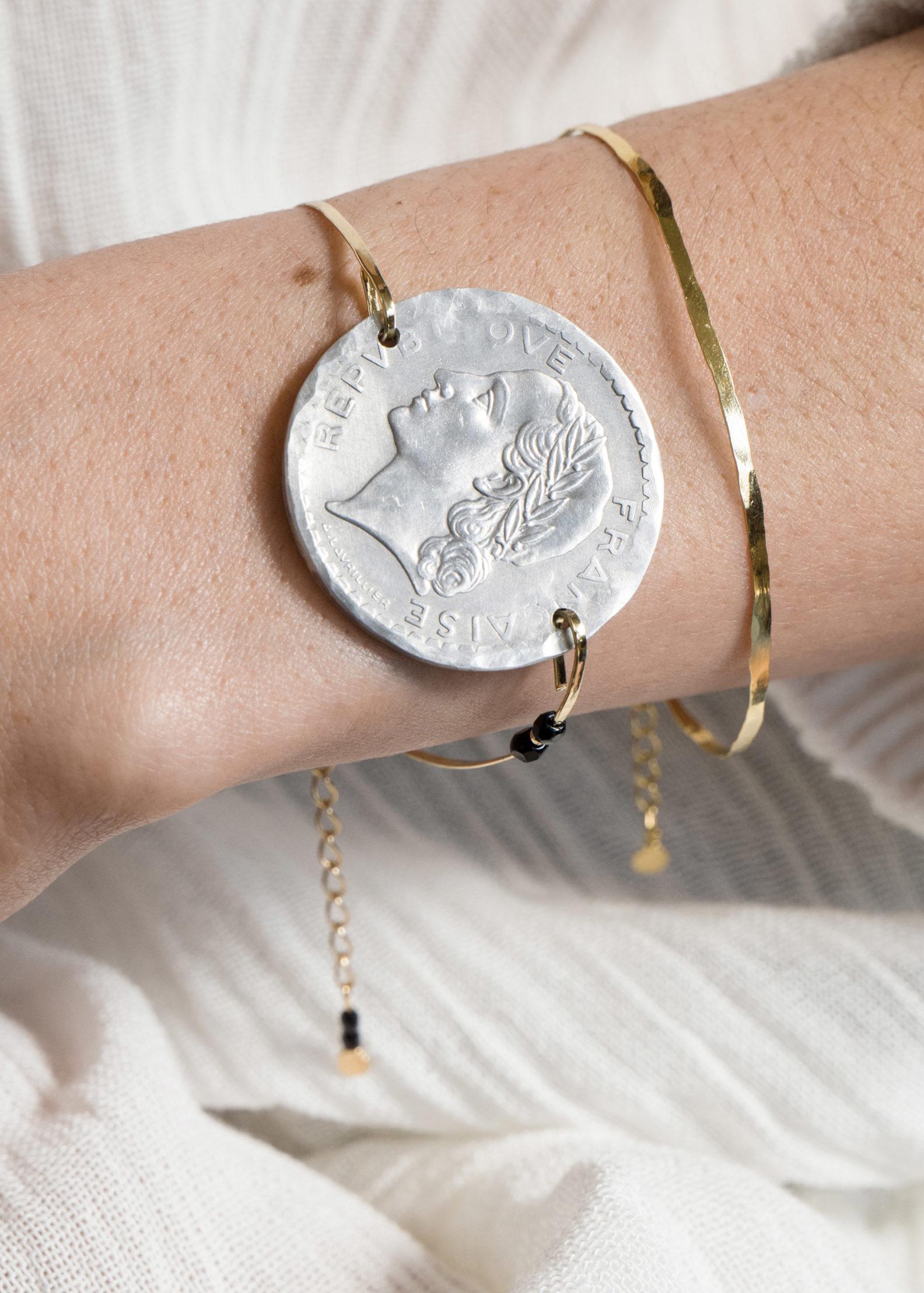 tip effigie pièce Marianne, bracelet en laiton martelé à la main, made in France, la parisienne, so chic, bijou délicat, fin, à la française