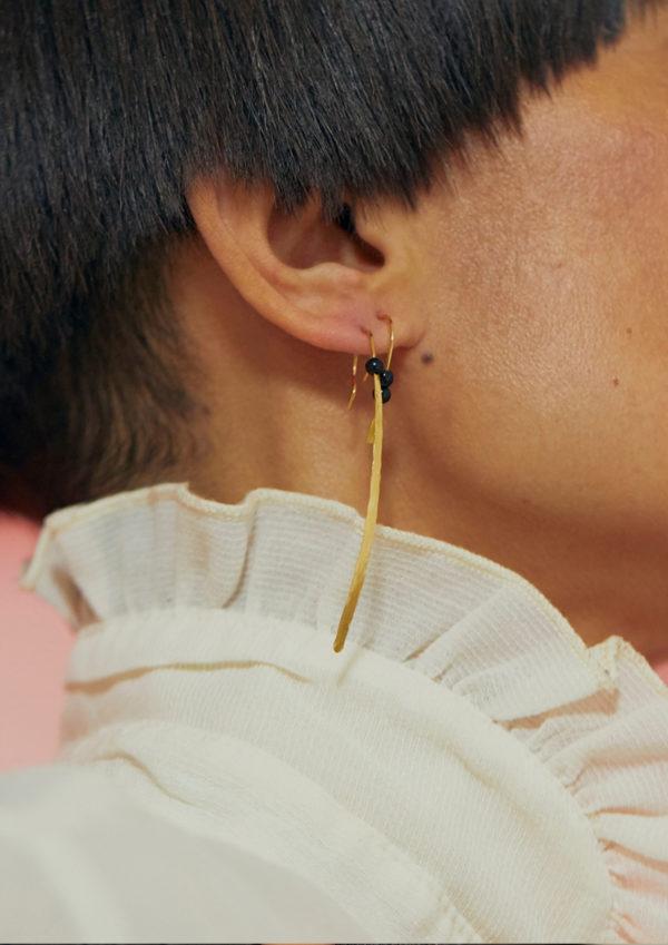 boucle d'oreille à l'unité en laiton martelé à la main et doré à l'or 24 carats, perle de Bohème