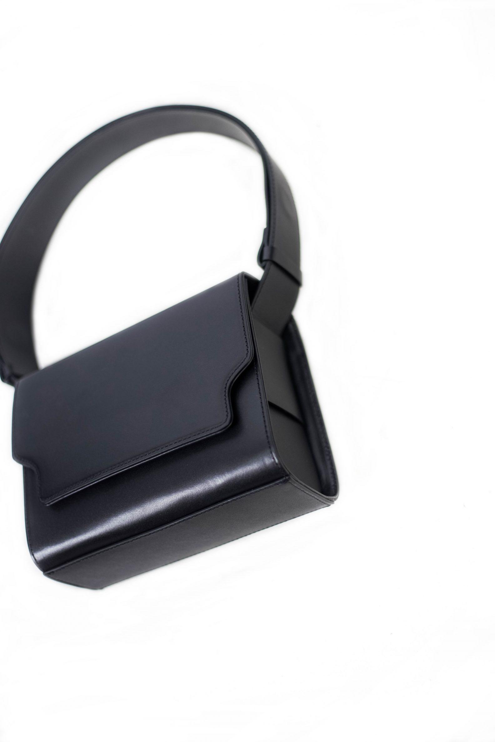 3-sac-cuir-rabat-noir-affaires-etrangeres-paris-mode-coreenne-besides-kimchi-jpg