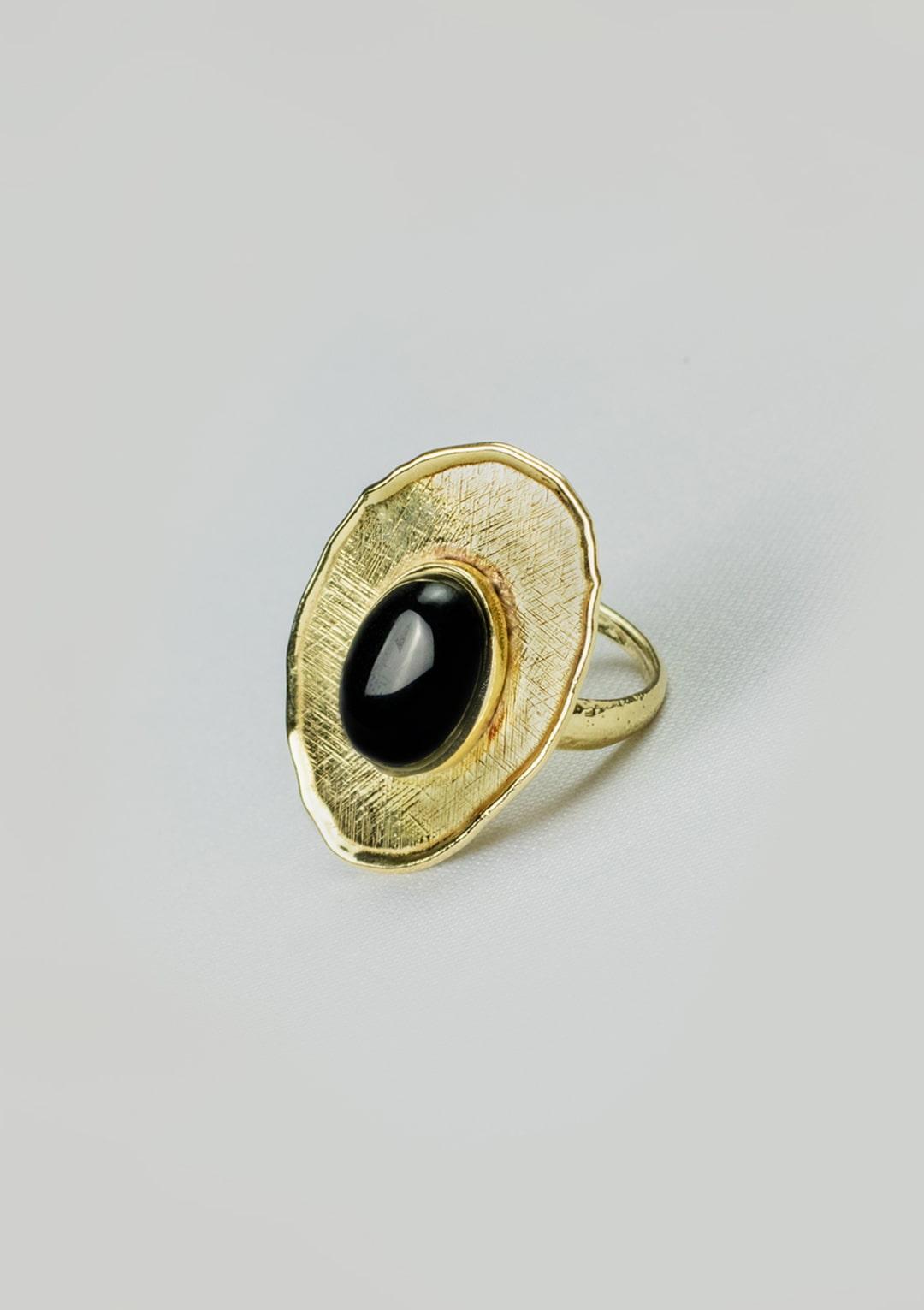 Bague réglable I cabochon d'Agate noire I argent massif doré à l'or 18 carats I Elliade Paris I vue de face I Label AÉ Paris