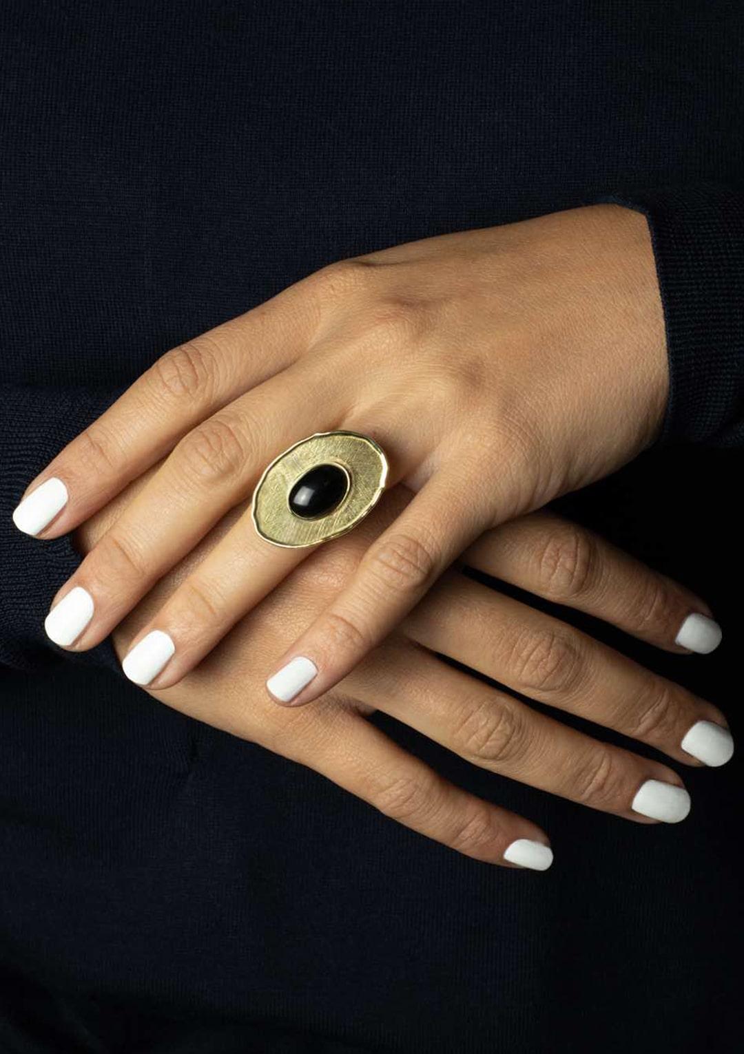 Bague réglable I cabochon d'Agate noire I argent massif doré à l'or 18 carats I Elliade Paris I vue portée I Label AÉ Paris