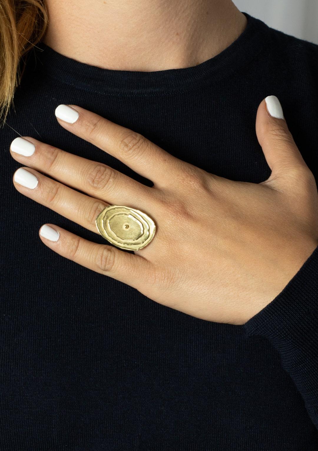 Bague réglable ovale Soleil I argent massif doré à l'or 18 carats I Elliade I vue portée I Label AÉ Paris