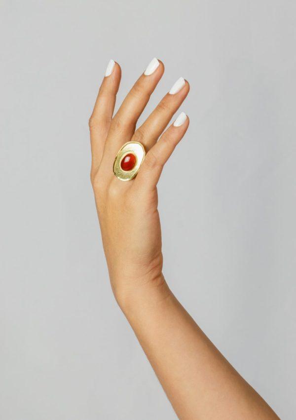 Bague réglable I cabochon de jade orange I argent massif doré à l'or 18 carats I Elliade Paris I vue portée I Label AÉ Paris