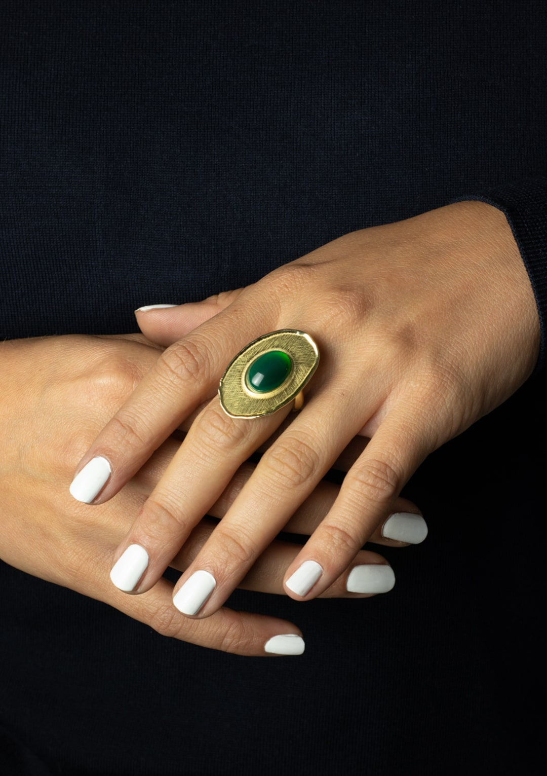Bague réglable I cabochon de jade vert emeraude I argent massif doré à l'or 18 carats I Elliade Paris I vue portée I Label AÉ Paris