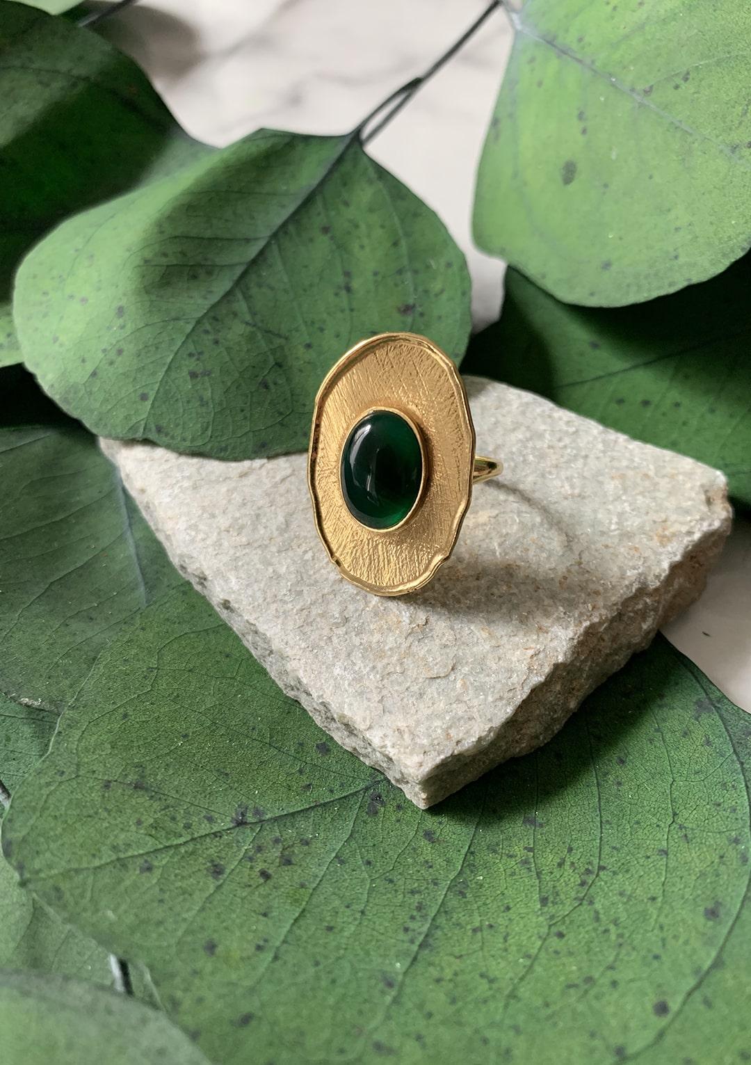 Bague réglable I cabochon de jade vert emeraude I argent massif doré à l'or 18 carats I Elliade Paris I vue principal I Label AÉ Paris