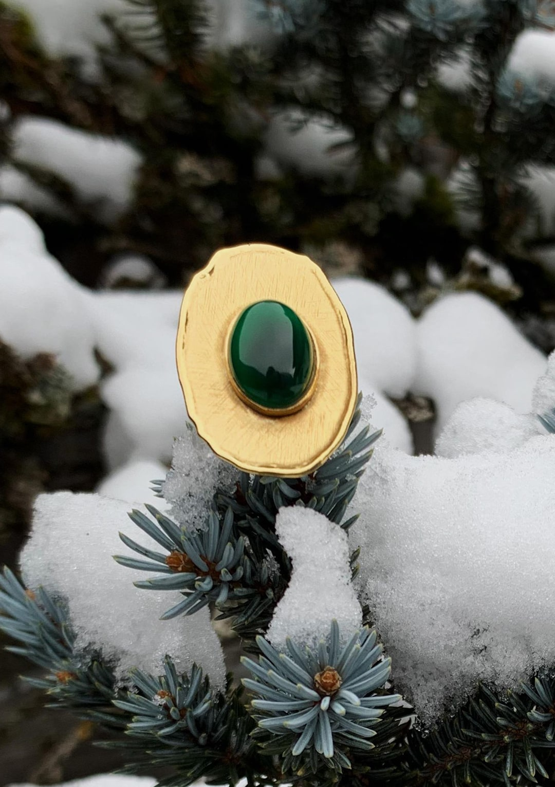 Bague réglable I cabochon de jade vert emeraude I argent massif doré à l'or 18 carats I Elliade Paris I vue de face I Label AÉ Paris
