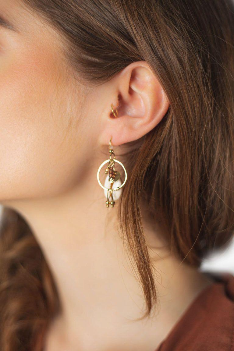 Boucle d'oreille Cauri avec alliance du cauri, d'un petit anneau et de perles de bohème en verre faites main par Laetitia Piffeteau