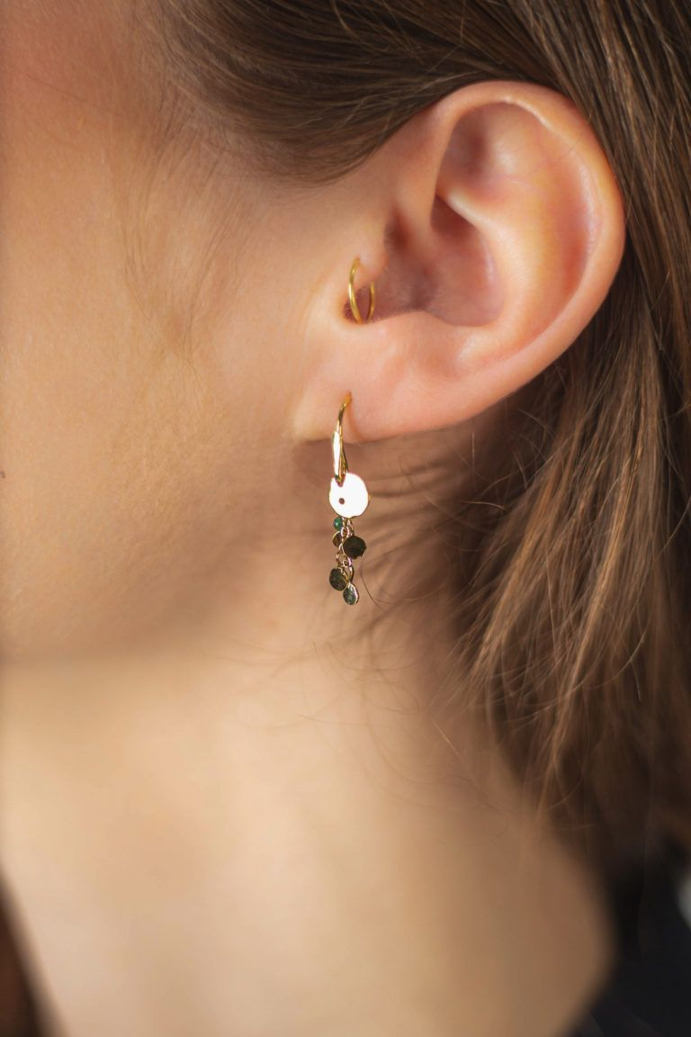 Boucle d'oreille courte Été indien pour femme avec perles de bohème et feuilles de laiton.