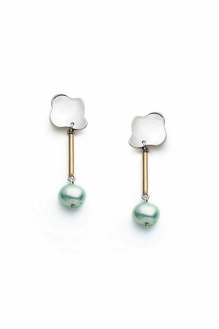 Boucles d'oreilles à perles courtes Elsa avec un aspect à la fois classique et abstrait.