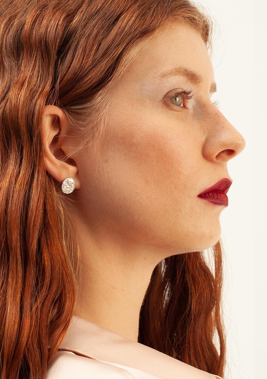 Boucles d'oreilles Vesta S I argent texturé I 9Pensées I vue Boucles d'oreilles Vesta S I argent texturé I 9Pensées I vue en détail 1 I Label AÉ Paris