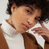 Boucles d'oreilles à perle pendante fait main par la créatrice Nina Nanas