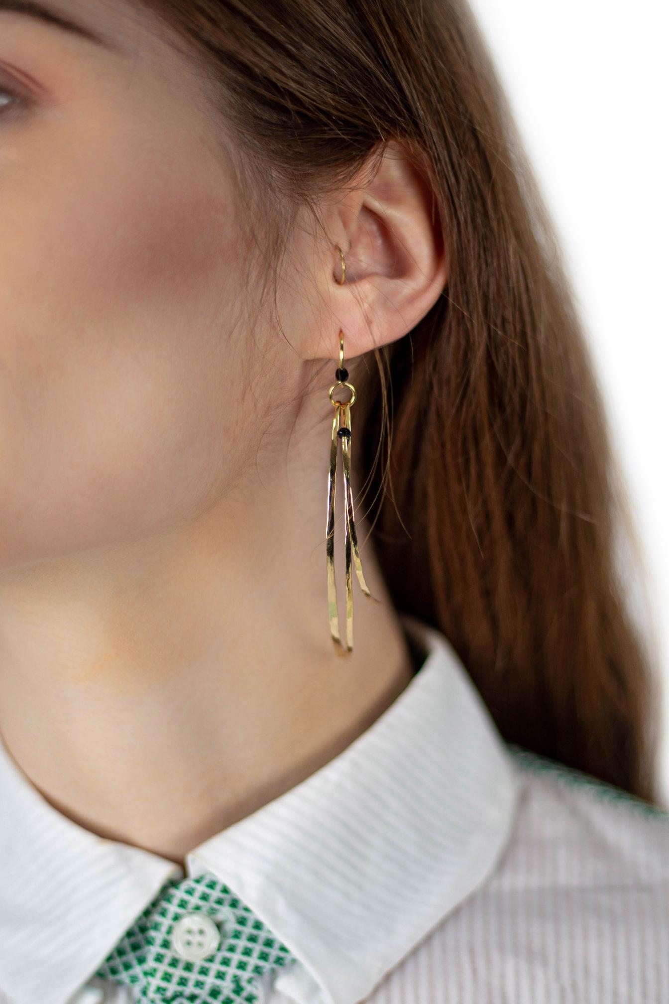 Boucles d'oreilles asymétriques Perroquet se distinguent par leur élégance et leur aspect bohème de Laëtitia Piffeteau