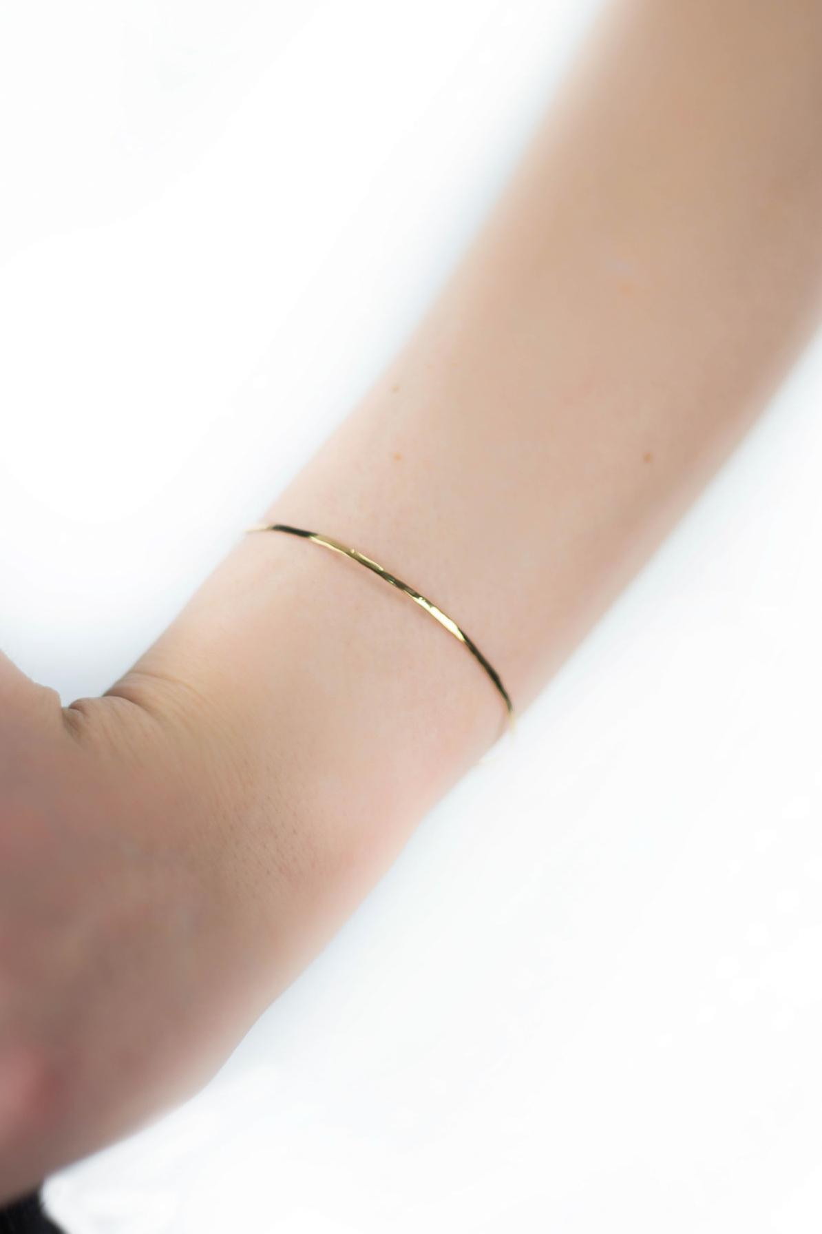 Bracelet fin Le Jonc en laiton martelé à la main de Laetitia Piffeteau