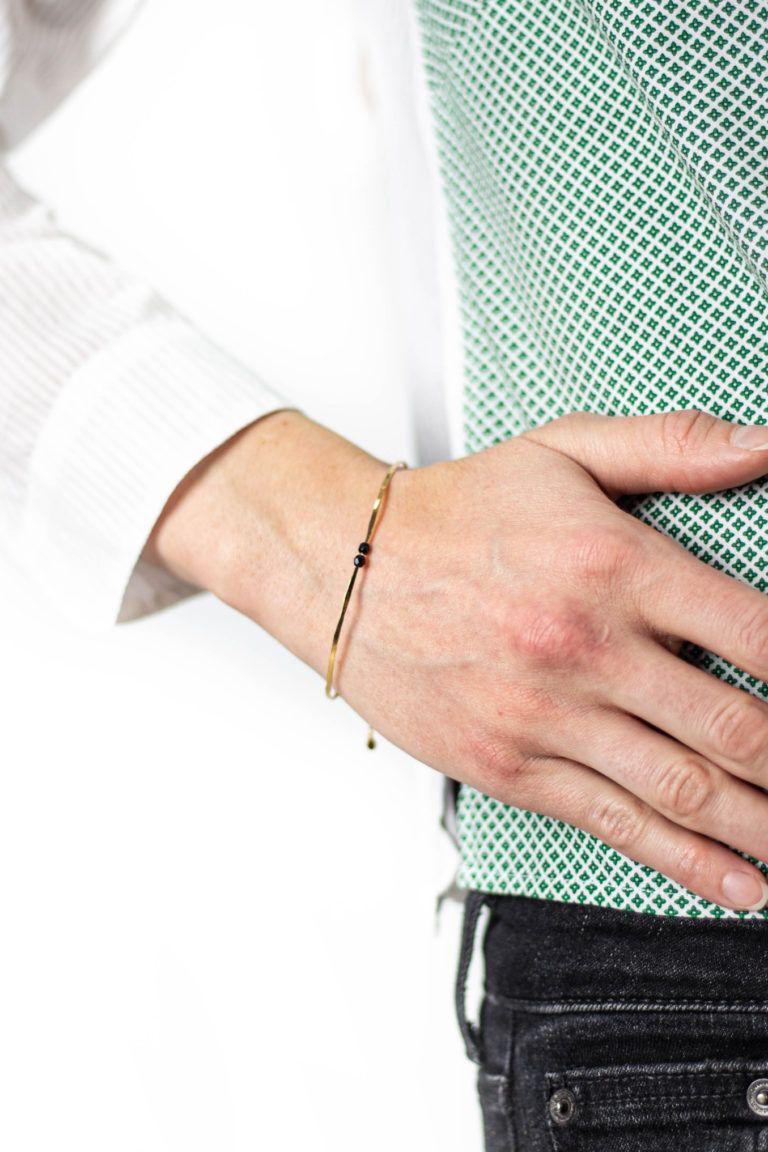 Bracelet Lucette fin avec tige en laiton et perles facettées de la créatrice Laetitia Piffeteau.