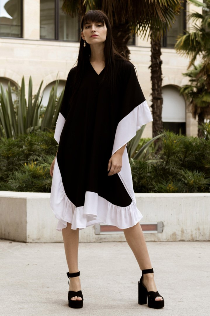 Robe en soie caftan à volent – Noir/blanc – Vue de face | Label AÉ
