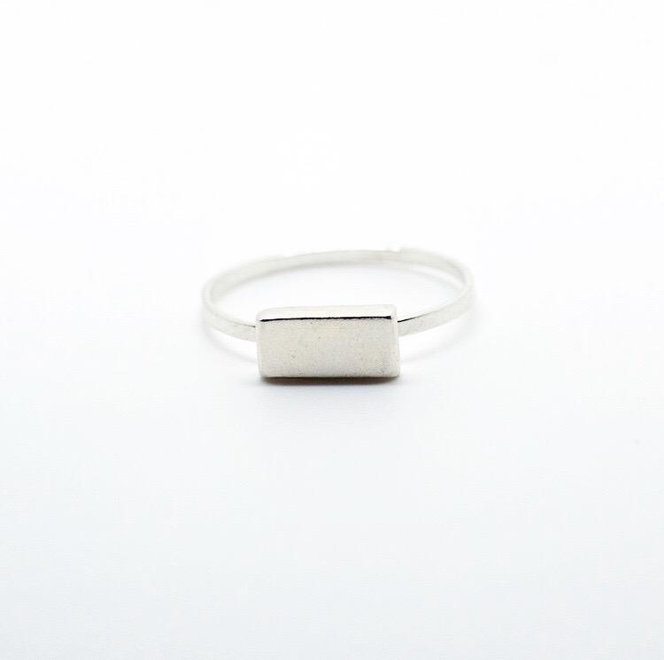 Bague Bauhaus Horizontal en argent massif avec un aspect brut et simple.