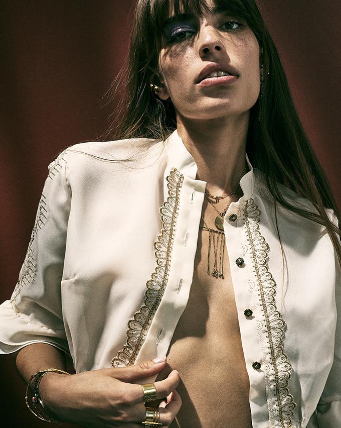 Femme portant des bijoux