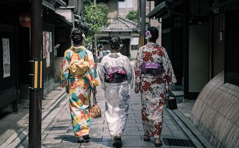 femmes japonaises en kimono traditionnelles
