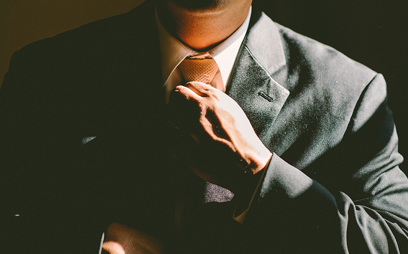 Homme en costume cravatte