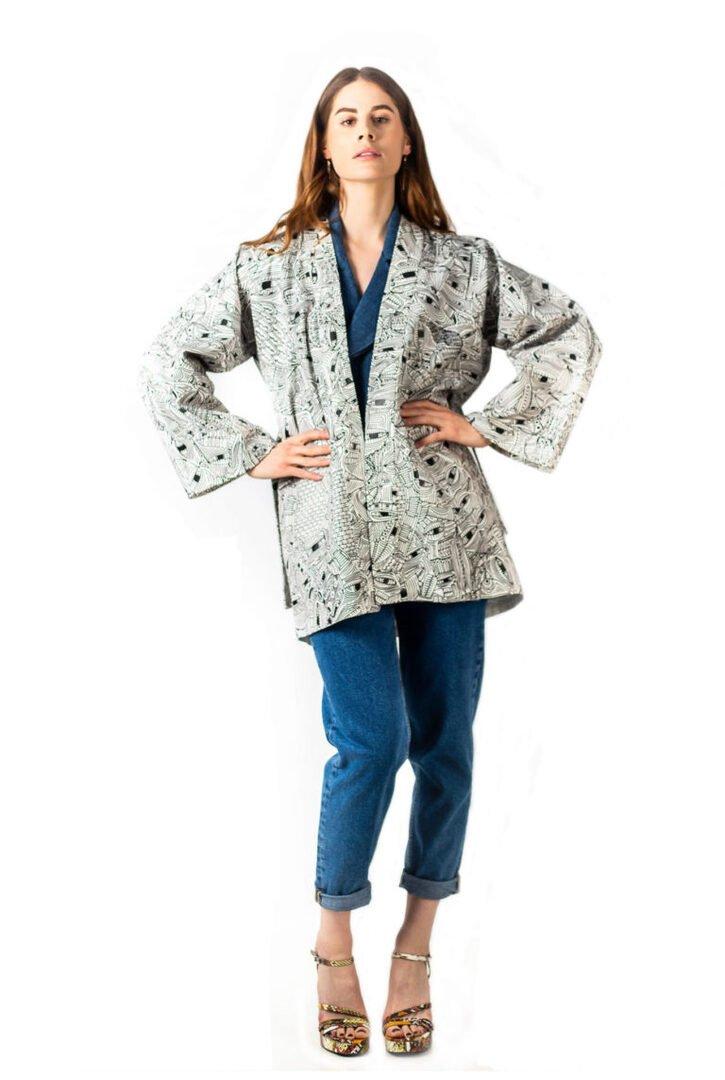 Veste kimono COLALO en serge de coton blanc et motifs graphiques né d'une collaboration entre Tremblepierre et l'artiste Aloys Gouët