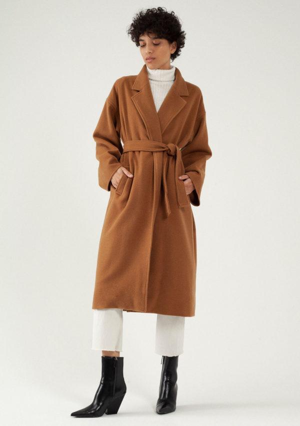 Manteau long camel oversize en laine par le créateur Tremblepierre. chez AFFAIRES ÉTRANGÈRES - 1