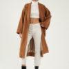 Manteau long camel oversize en laine par le créateur Tremblepierre. chez AFFAIRES ÉTRANGÈRES - 2