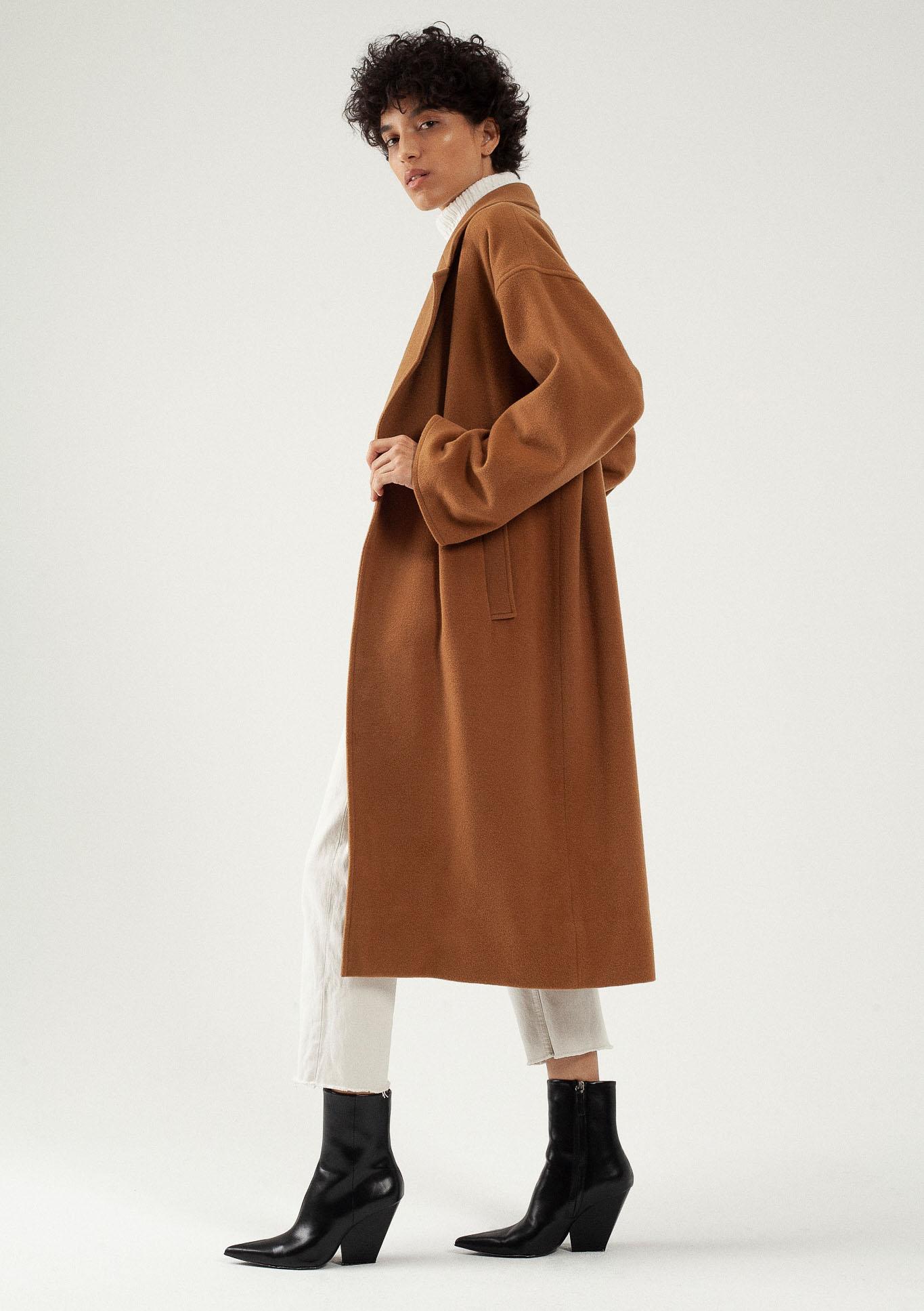 Manteau long camel oversize en laine par le créateur Tremblepierre. chez AFFAIRES ÉTRANGÈRES - 3
