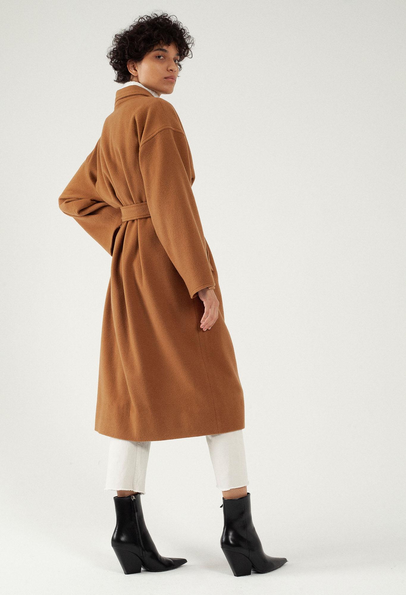 Manteau long camel oversize en laine par le créateur Tremblepierre. chez AFFAIRES ÉTRANGÈRES - 4