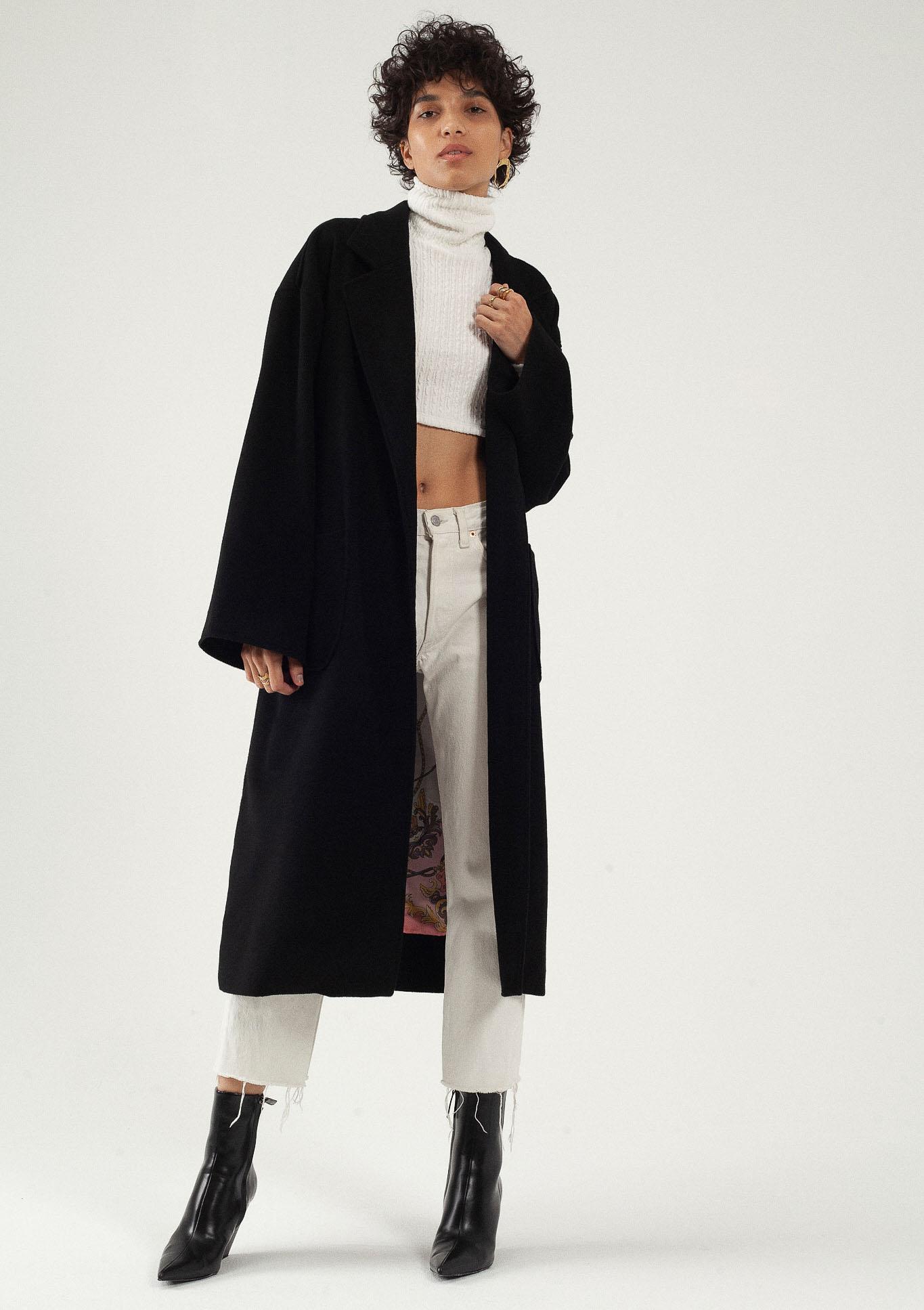 Manteau long noir oversize laine et cachemire par le créateur Tremblepierre. Les Essentiels chez AFFAIRES ÉTRANGÈRES - 1
