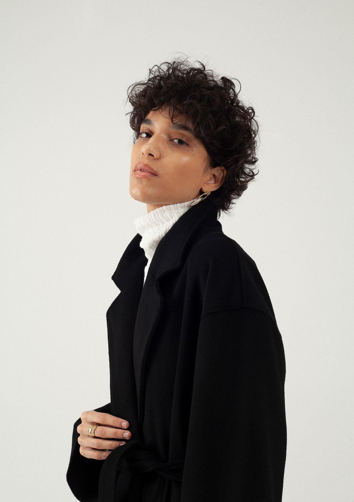 Manteau long noir oversize laine et cachemire par le créateur Tremblepierre. Les Essentiels chez AFFAIRES ÉTRANGÈRES - 2