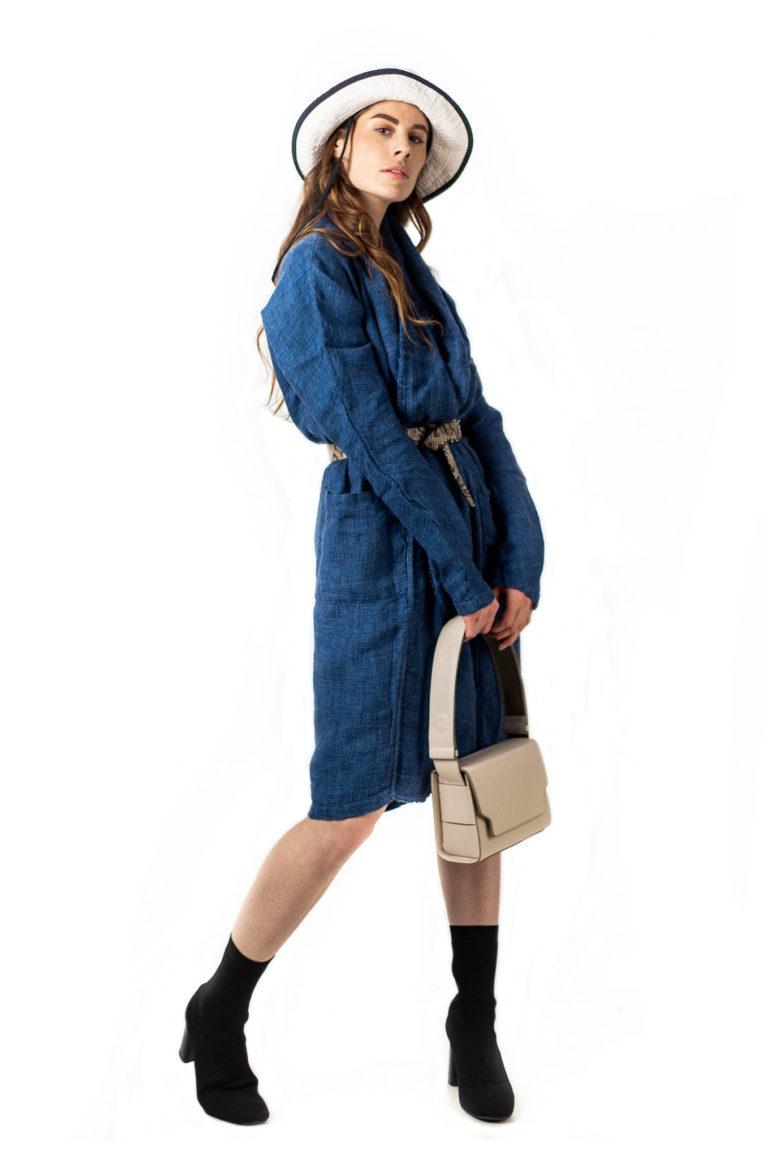 Un kimono manteau 100% lin teinté à la main au pastel naturel de la maison Bleu de Cocagne.
